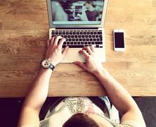 Egyre több időt töltünk online társkereséssel