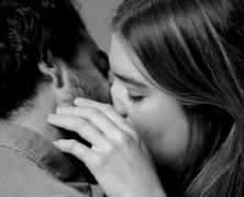 Videó az első csókról