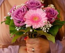 Aki szívesen elkapná az esküvői csokrot, és aki elugrana előle...