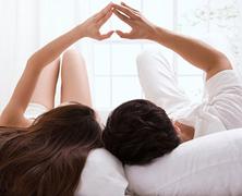 Nálad vagy nálam? Avagy legyen-e az első szex együtt alvás is?