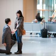Lánykérés a reptéren