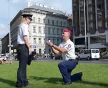 Lánykérés rendőr módra