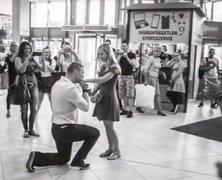 Flashmobos lánykérés az autóbusz-állomáson
