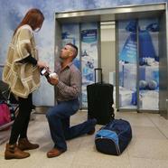 Meglepetés lánykérés a reptéren