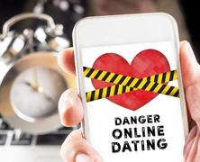 Még mindig divat lehúzni az online randizást