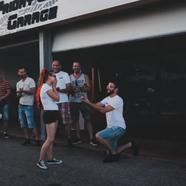Lánykérés autószerelő garázsban