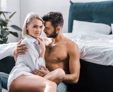 Mi hat izgatóan az érett férfiakra, ha párkapcsolatban élnek?